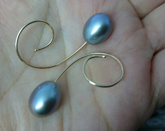 Exquisite earrings with natural grey pearls