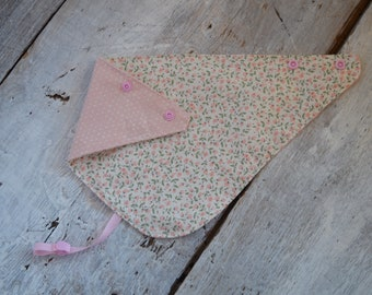 reversible and waterproof bandana bib, flowers and hearts/baby pink