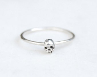Tiny skull single ring - silver