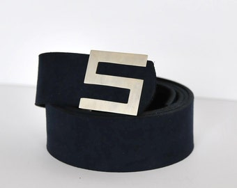 "The letter ""S"" buckle belt"