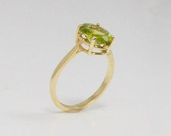 14k Yellow Gold Apple Green Oval Cut Peridot Ring Size 7.5