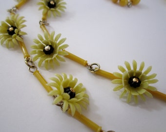 vintage 2 strand yellow daisy flower power choker necklace signed Hong Kong hallmark - j6356