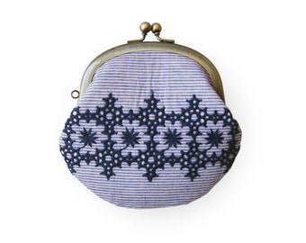 Metal frame coin purse // Embroidered blue Line