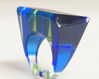 60S LUCITE RING, beautiful French blue, green and clear lucite ring, beautiful sculptural shape,stylish vintage ring - size P 1/2 - 7 3/4