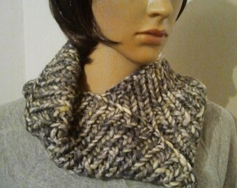 Möbius scarf with additional rotation of pure wool in wool white gray with some yellow-green