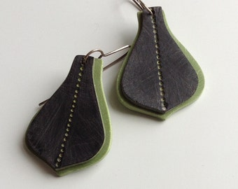 Arabesque earrings in green and black