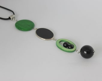 Vertical and original necklace green and black, Pearl and acrylic.