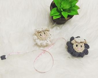 Hand crochet retractable tape measure