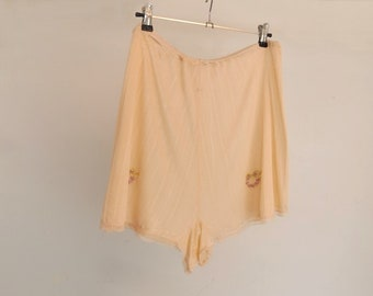 Vintage Lingerie - Peach Tap Pants, French Knickers, With Embroidery - 1940s Vintage - Hips