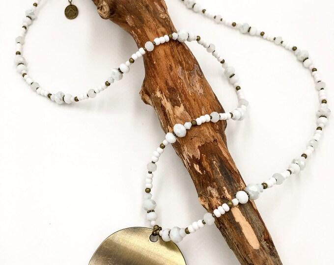 Handgemachte Lange Perlen Halskette aus Toho Perlen in hellblau. Mit Hamsa Hand der Fatima Anhänger.