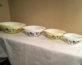 Set of 4 Cinderella Black and Yellow Gooseberries Mixing Bowls