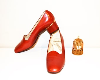 SALE....Vintage Shoe English Brown Pump with Gold