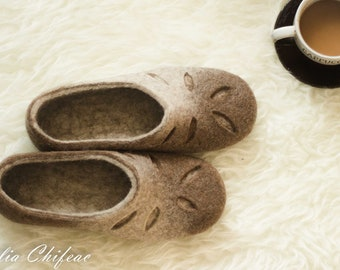 Felted slippers for Women-Woolen clogs-Valenki - Women home shoes - Handmade slippers - Brown - Women house shoes - Love slippers