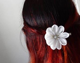 White Kanzashi tsumami flowers hairpiece