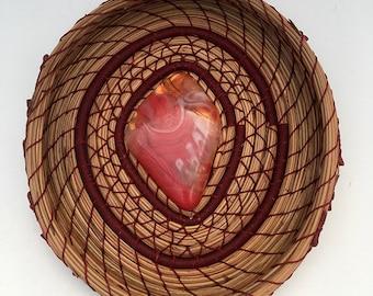 Aiguille de pin panier rouge tourbillonné verre centre-article 844 par Susan Ashley