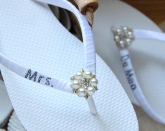 Mrs bride flip flops Personalized gift wedding flip flops WHITE & CHARCOAL beach wedding shoes, Bridal shower gift for bride Wedding shower