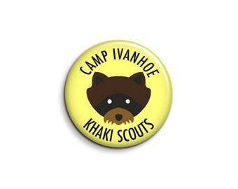 Camp Ivanhoe Khaki Pfadfinder Waschbär Pin - Moonrise Kingdom-Abzeichen - Wes Anderson-Taste