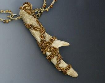 """Perles forme libre sur corne de chevreuil. Brun Naturals, tan. Fait au crochet. Peut être porté à 16"""" ou 32""""."""