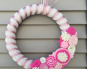 PRÊT à expédier - Couronne de dentelle Couronne - Couronne de la Saint - Valentin - Crochet Couronne-rose Couronne-Couronne de fleurs en feutrine-Couronne de Shower de bébé