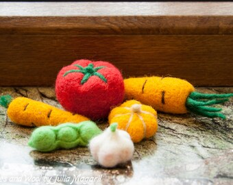 Needle felted mini play food vegetable set. Woolen pretend play toy set. Play kitchen vegetables.