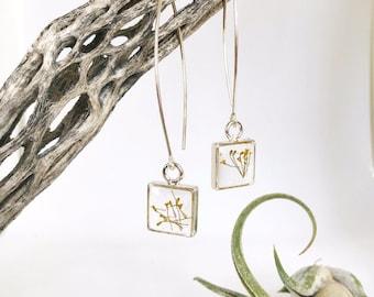 Pressé de fleur petit carré argent boucles d'oreilles pendantes rempli de fleurs d'aneth