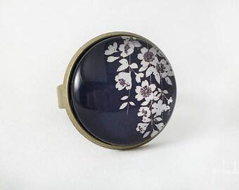 Bague avec motif fleurs de cerisier japonais blanches sur fond noir