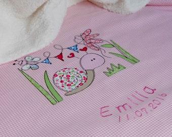 Personalisierte Babydecke, Geschenk zur Geburt, Taufe, mit Motiv Schnecke, in rosa, aus Baumwollstoff, eine tolle Kuscheldecke, für Kinder.