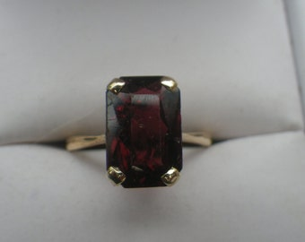 Sparkling 9ct Yellow Gold Garnet Solitaire Ring