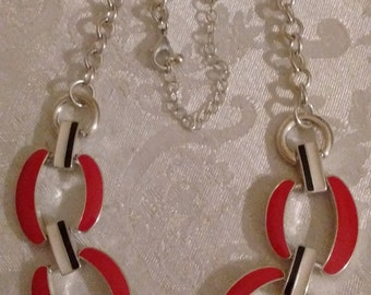 Necklace Red/Black/White details: