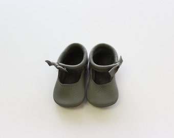 Bow mary Janes in Grey