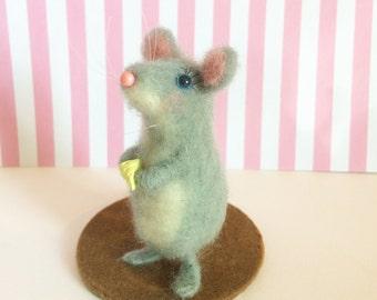 Sculpture de souris feutrée à la main