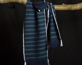 Sjaal, katoen. Blauw groen, handgeweven. 177 x 25 cm. Korte franjes.