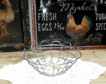 bread basket with ceramic plate at bottom/metalware/Vintage, retro/British