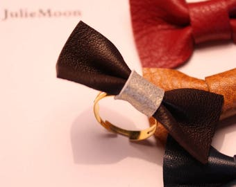 Adjustable ring gold metal and leather bow
