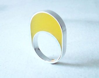 Handmade sterling silver and yellow resin ring. Geometric ring. Oval ring.