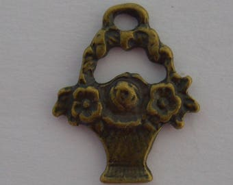 8 charms 20x16mm antique brass flower baskets