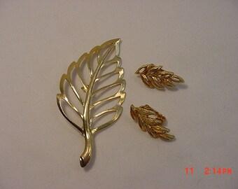 Vintage Gold Tone Metal Leaf Brooch & Clip On Earring Set   16 - 498