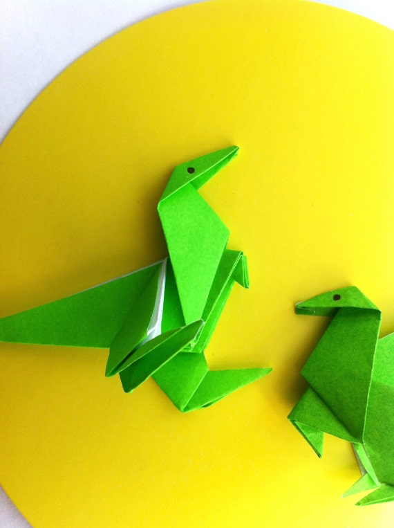 d coration murale dinosaure en origami sur rond jaune affich. Black Bedroom Furniture Sets. Home Design Ideas