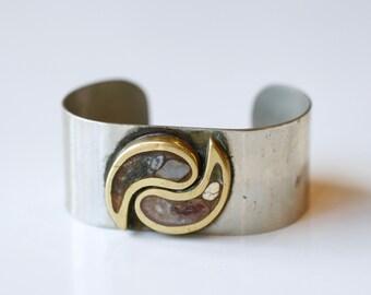 manchette en laiton d'yang ying des années 1970 avec incrustation de pierres / 70 s vintage silvertone grecque et bracelet manchette en métal laiton incrusté agates / bijoux de poissons