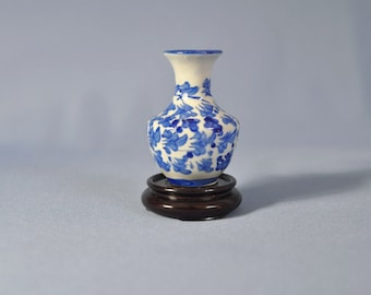 Fine Old Chinese hand painted blue and white porcelain mei ping vase DSC_00485