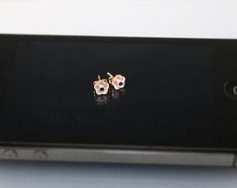 Tiny flowers gold posts| Small gold earrings with pink flowers| Tiny gold studs with pink flower| Tiny posts with flowers| Tiny studs