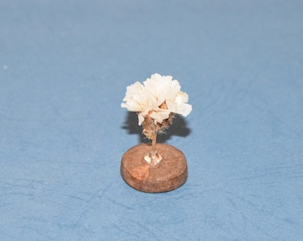 White flowers on a Pearl Crystal and wood for table decoration