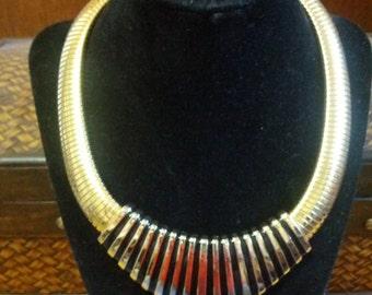 Época egipcia dorado metal y esmalte estilo gargantilla