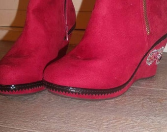 Red ankle boot with decorated wedge heel, (heel 8 cm.) Mt. 39