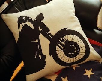 Oreiller de moto noir sur toile de grès naturel