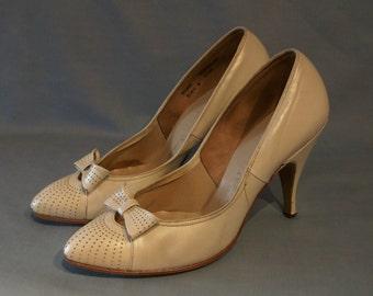 Beautiful 1950s point toe stilettos US 6 UK 4 w/bows, pearlised bridal finish