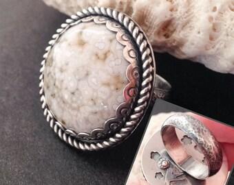 Anneau de jaspe océan, colibri et conception de fleur, à la main que j'ai fabriqués en argent Sterling, orfèvre Style Cocktail, grosse pierre ronde blanche