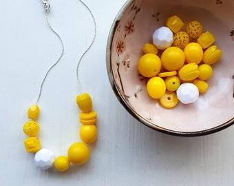 Huhn oder Ei - Halskette - Federschmuck - Ostern - hellgelb, Sonnengelb, Kontrast, weiß, Vintage Perlen