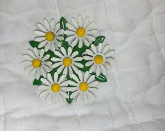 Vintage daisy enamel pin