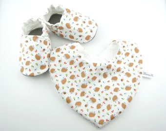 Box with cotton bib and baby booties white Hedgehog cotton bib with non-slip slippers baby set